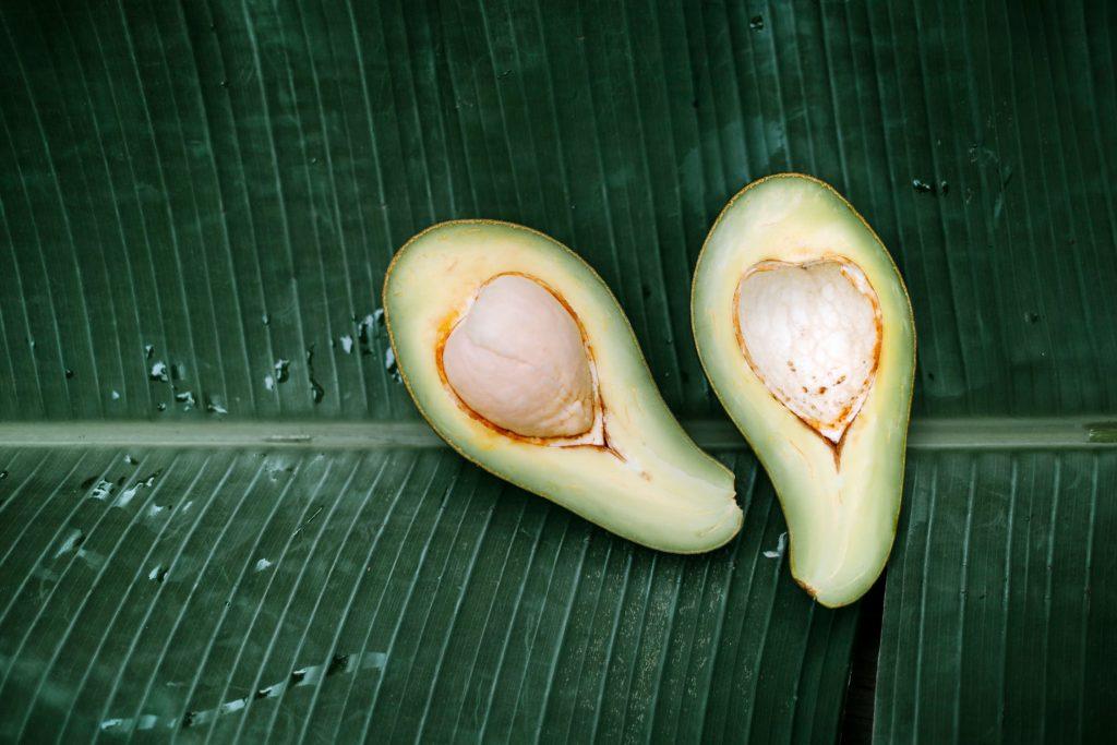 Avocado auf Blatt